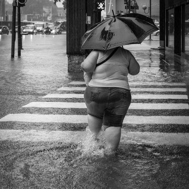 Переправлясь через улицу, Буэнос-Айрес Wading a street, Buenos Aires
