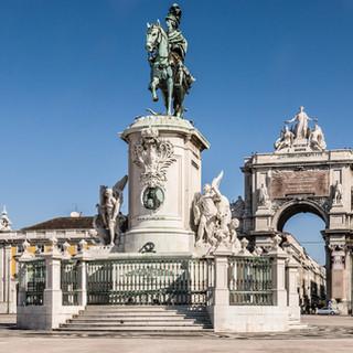 Площадь Праса-ду-Комерсиу с памятником королю Жозе I Praça do Comércio with the statue of Dom José I