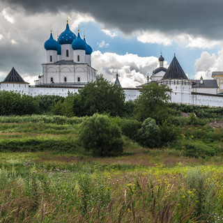 Высоцкий монастырь на окраине Серпухова Vysotsky Monastery in the outskirts of the town of Serpukhov, some 100 km to the south of Moscow