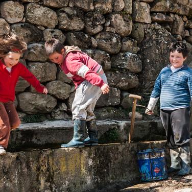 Играющие дети, дервня Уснайо Children play in the village of Uznayo