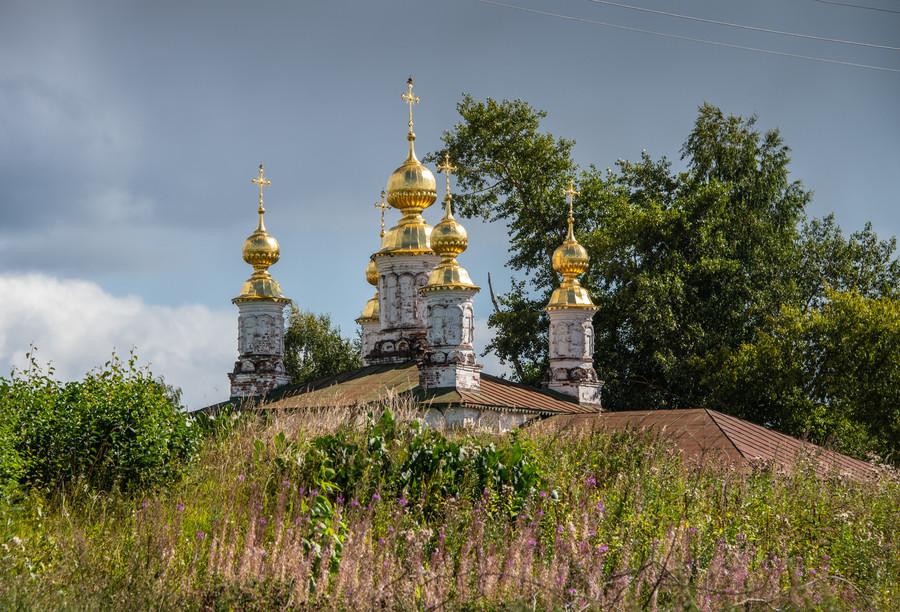 Главы Мироносицкой церкви видны из-за вала Городища