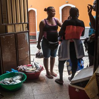 У входа на городской рынок, Сан-Филипи, остров Фогу  At the entrance of the municipal market, São Filipe, Fogo island