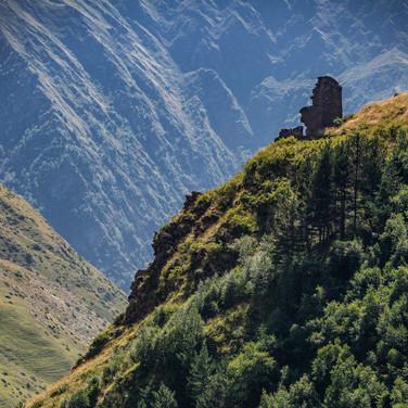 Горные склоны и остатки башен...  Mountain slopes and remnants of towers