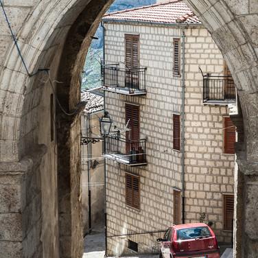 Арка, ведущая на круто спускающуюся улицу, Петралия Соттана Archway to a steeply descending street in Petralia Sottana