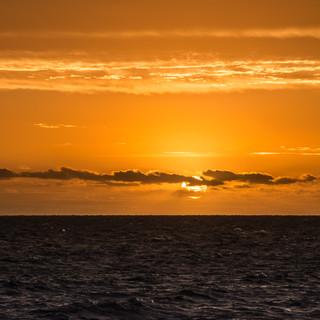 Солнце садится в воды реки Ла-Плата  Sun sets into waters of La Plata river