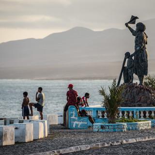 Вечером у памятника семьям рыбаков, Порту-Нову, остров Санту-Антау  In the evening at the monument to fishermen's families, Porto Novo, Santo Antão island
