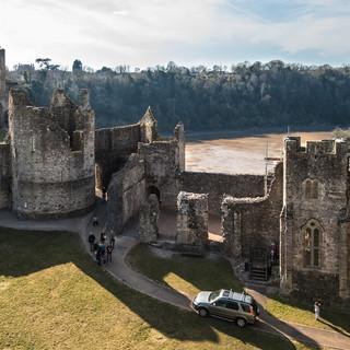 В замке Чепстоу Inside Chepstow castle