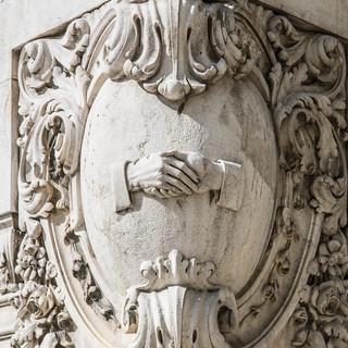 Декоративная деталь на углу здания A brilliant decoration detail at a house's corner