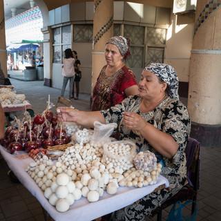 Продавцы курта, рынок Чорсу, Ташкент Curd sellers, Chorsu Bazaar, Tashkent