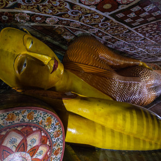 Спящий Будда в одном из пещерных храмов монастыря Мулкиригала  Sleeping Buddha in one of cave temples of Mulkirigala monastery