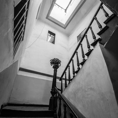 Геометрические парадоксы в стиле Эшера в старом тбилисском подъезде Geometric paradoxes in Escher's style in an old main staircase in Tbilisi, Georgia