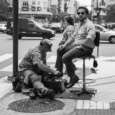 Повседневная жизнь Буэнос-Айреса. На углу улицы Лаваль и Авениды 9 Июля Porteños' everyday life. At the corner of Lavalle street and Avenida 9 de Julio, Buenos Aires