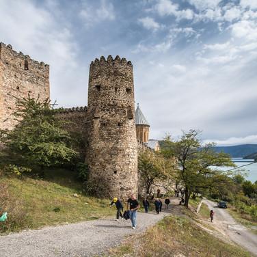 Крепость Ананури над изумрудными водами Жинвальского водохранилища Ananuri Fortress overlooks emerald waters of Zhinvali reservoir