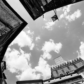 Очертания площади, спроецированные на небо. Сиена, Тоскана, Италия A town square's layout projected to the sky. Siena, Tuscany, Italy