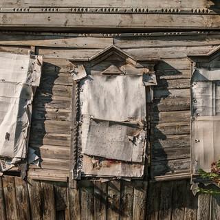 Окна разваливающегося деревянного дома, Верея Windows of a collapsing wooden house, Vereya