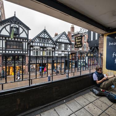 Вид из Eastgate Rows North. The Rows - характерная особенность Честера, существующие с древних времен галереи на уровне вторых этажей домов на двух главных, оставшихся еще с римских времен, улицах. A view from Eastgate Rows North, Chester