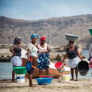 Рыбные рынки на Кабо-Верде обычно образуются прямо на берегу, куда рыбаки причаливают свои лодки. Таррафал, остров Сантьягу  Fish markets in Cape Verde usually take place right on beaches where fishermen's boats reach the shore.  Tarrafal, Santiago island
