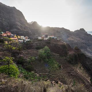 Деревня Фонтаиньяш, один из наиболее живописно и невероятно расположенных населенных пунктов Кабо-Верде, остров Санту-Антау  Fontainhas village, probably the most incredibly located and scenic settlement in Cape Verde, Santo Antão island
