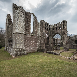 Руины бывшего монастыря Ллантони в долине Эвиас Ruins of former Augustinian Llanthony priory in the secluded Vale of Ewyas