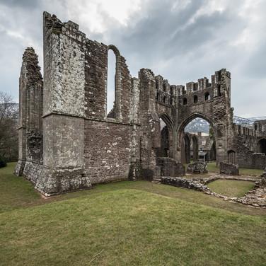 Руины бывшего монастыря Ллантони в долине Эвиас Ruins of former Augustinian Llanthony priory in the secluded Vale of Ewyas