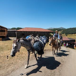 Конный туризм в стилистике начала 20 века, Шенако  Mounted tourists dressed in a vintage style, Shenako village