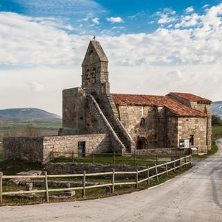 Церковь в Ретортийо, одна из нескольких десятков романских церквей, сохранившихся на юге Кантабрии The church in Retortillo, one of few dozens of Romanesque churches in southern Cantabria