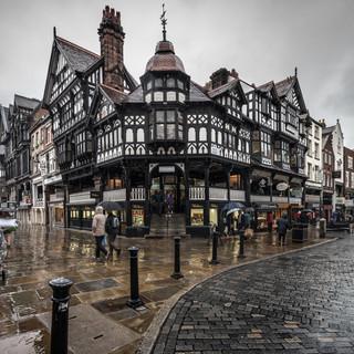 Типичная британская погода в центре Честера Typical British weather wets the centre of Chester