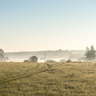 Первые лучи утреннего солнца пробиваются сквозь туман First rays of morning sun dispersing through fog