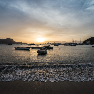 Закат над Баия-ду-Порту-Гранди, бухтой города Минделу, остров Сан-Висенти.  Sunset over Baia do Porto Grande, Mindelo's bay, São Vicente island