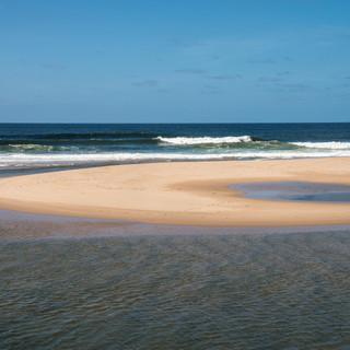 Атлантический океан, песчаные дюны и полупресноводные лагуны – типичный пейзаж восточного побережья  Atlantic ocean, sand dunes, and semi-freshwater lagunas are typical for Uruguay's Eastern coast