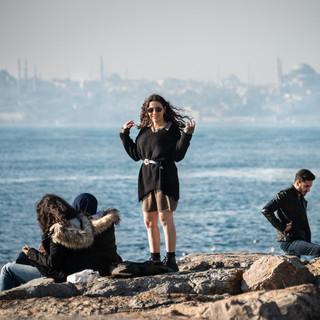 Она улыбается всем – нет, только тебе...  A beautiful stranger in Kadiköy embankment