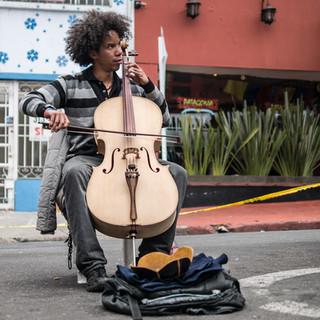 Уличный виолончелист, район Усакен, Богота Street cellist, Usaquén neighbourhood, Bogotá