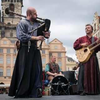 Фолк-группа Bohemian Bards выступает на Староместской площади Bohemian Bards folk band performs in Old Town Square