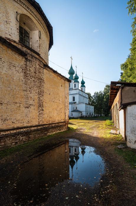 Стена Введенской церкви и собор Михаила Архангела
