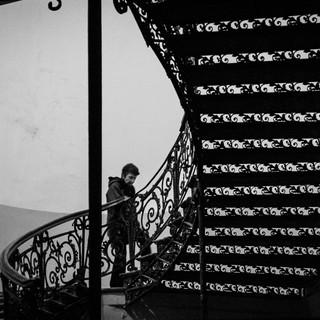 Чугунная лестница в подъезде старого дома Cast-iron staircase inside an old apartment building