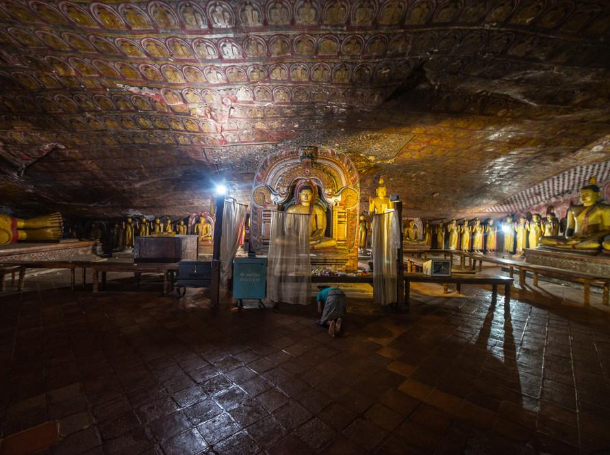 Пещерный монастырский комплекс в Дамбулле. Все пять пещер внутри богато расписаны  Cave monastic complex in Dambulla. All five caves are richly painted inside
