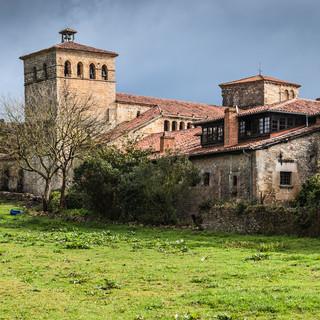 Башни церкви Св. Хулианы вызвышаются над средневековыми домами в Сантийяна-де-Мар The towers of Collegiata de Santa Juliana rise above medieval buildings in Santillana de Mar