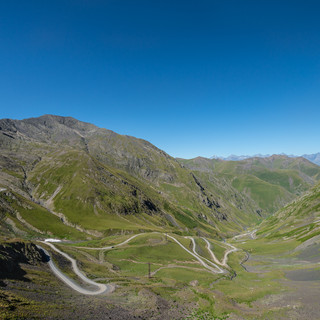 Дорога с перевала уходит в Тушетию  The road winds down from the pass into Tusheti region
