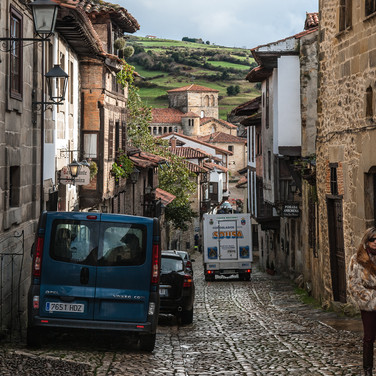 Улица Кантон в средневековом городе Сантийяна-де-Мар Calle Cantón street in the medieval town of Santillana de Mar