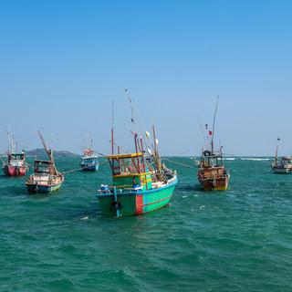 Разноцветные рыбацкие лодки в бухте Велигамы  Colourful fishermen's boats in Weligama harbour