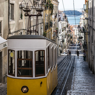 Асенсор-да-Бика, один из нескольких городских фуникулеров Лиссабона Ascensor da Bica, one of the few Lisbon's funiculars