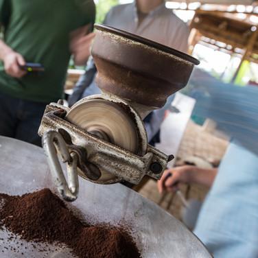 Перемолка обжаренного кофе с помощью традиционного механизма Grinding roasted coffee using a traditional mechanism