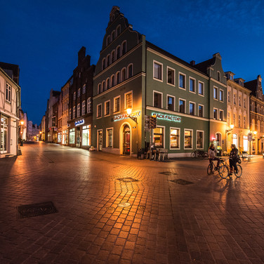 Ночной Висмар: велосипедисты в старом городе Wismar by night: bikers in the streets of the old town