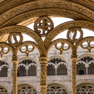 Окна клуатра в стиле мануэлино, монастырь Жеронимуш, район Белен Manuelino-style windows of the cloister, Jerónimos Monastery in Belém