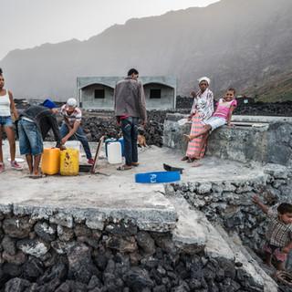 У водного хранилища, деревня Ша-даш-Калдейраш в кальдере вулкана Фогу  At a water tank, Chã das Caldeiras village in Fogo caldera
