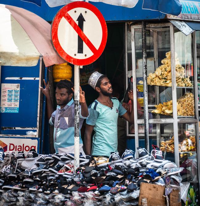 На базаре в районе Петтах, Коломбо. Не хватает звуков и запахов)  In the Pettah district bazaar, Colombo. Photographs lack sounds and smells)