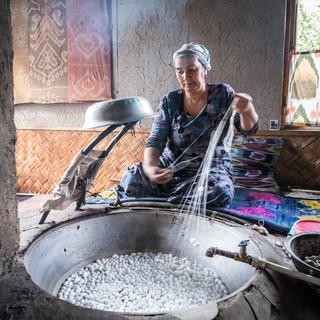 Разматывание шелковой нити из коконов шелкопряда по традиционной технологии, Маргилан, Ферганская долина Unwinding silk threads from silkworm cocoons by traditional technique, Margilan, Fergana Valley