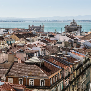Крыши района Байша, верхушки зданий на Праса-ду-Комерсиу и река Тежу Roofs of Baixa neighbourhood, Praça do Comércio and Tejo river
