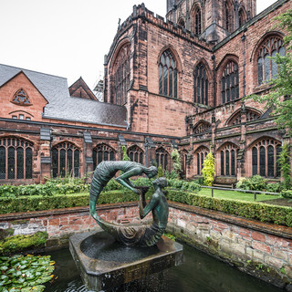 Сад в клуатре Честерского собора Cloister garden of Chester Cathedral