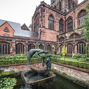 Сад в клуатре Честерского собора Cloister garden of Chester Cathedral